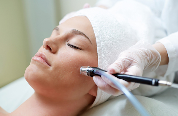 woman-getting-microdermabrasion-1_jpg-600×390